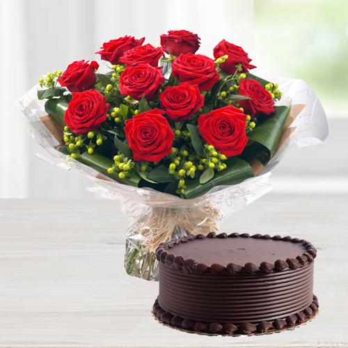 Adorable Red Roses in a Vase with divine Chocolate cake